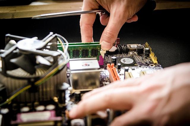 איך להתמודד עם תקלות מחשב מבלי להזמין טכנאי מחשבים מוסמך?